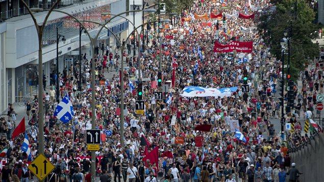 Des milliers de personnes manifestent à Montréal, le 22 juillet 2012.