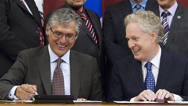 Le grand chef du Grand Conseil des Cris, Matthew Coon Come, et le premier ministre Jean Charest.