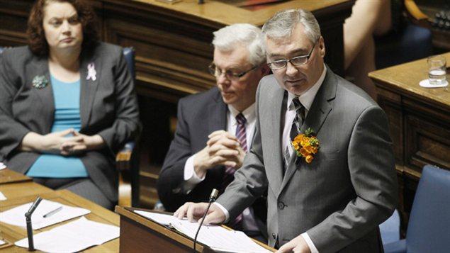 Le ministre des Finances, Stan Struthers, lors de la présentation du budget 2012.