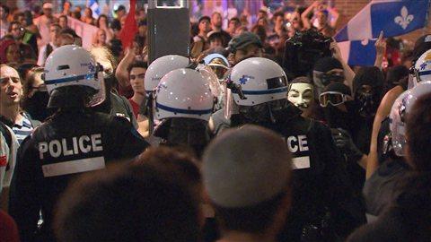 Manifestants et policiers du SPVM lors de la 100e manifestation nocturne
