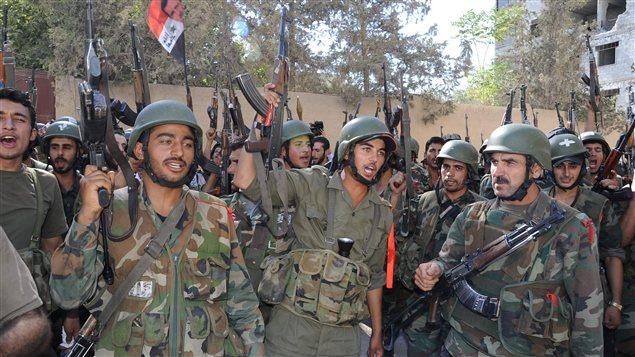 Des soldats de l'armée régulière à Damas le 4 août 2012