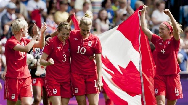 Les Canadiennes célèbrent leur victoire.