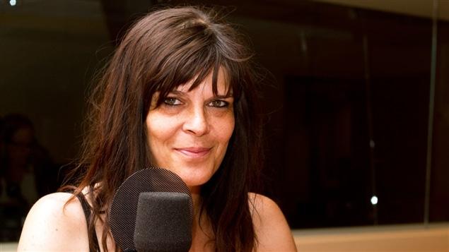 L'auteure-compositrice-interprète Ève Cournoyer en entrevue à la première chaîne.