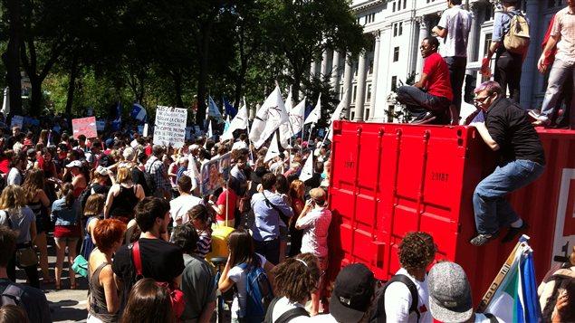 Les manifestants ont commencé à marcher peu après 15 h.
