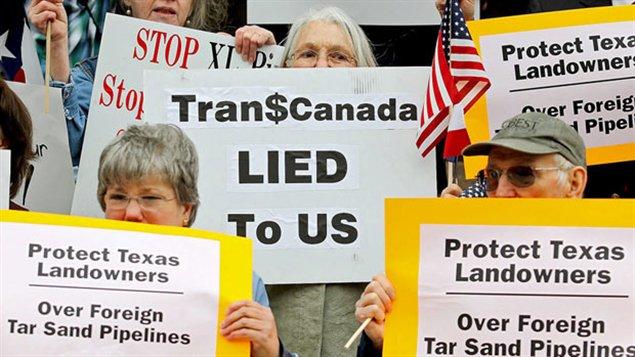 Des activistes manifestent contre le projet Keystone XL devant le palais de justice au Texas.