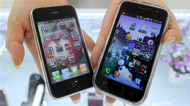 Un iPhone, fabriqué par Apple, et un Galaxy, commercialisé par Samsung.