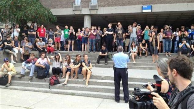 Des étudiants de l'UdeM bloquent l'entrée du pavillon Jean-Brillant.