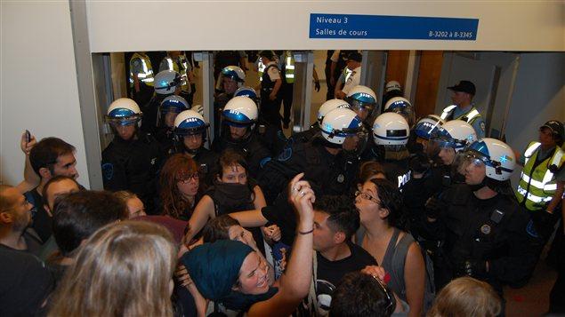 Des étudiants et enseignants pris en souricière dans les escaliers du pavillon Jean-Brillant de l'UdeM après l'intervention policière en après-midi, le 28 août 2012