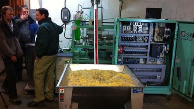 Machine de transformation du plastique en pétrole dans une usine de recyclage de Whitehorse, en septembre 2012.