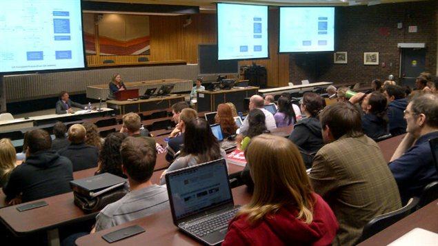 Quelque 200 étudiants en droit ont participé jeudi à un forum de discussion sur l'enquête sur le comportement de la juge Lori Douglas, impliquée dans un scandale sexuel.