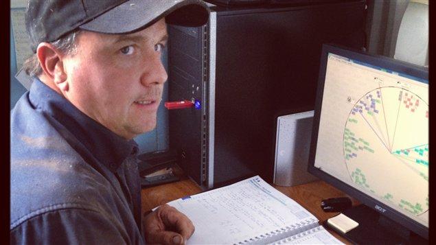 Le producteur de lait Michel Robert surveille ses vaches grâce à un logiciel informatique.