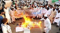 Un drapeau américain est brûlé à Karachi, au Pakistan, lors d'une manifestation visant à protester contre la diffusion d'un film hostile à l'islam.