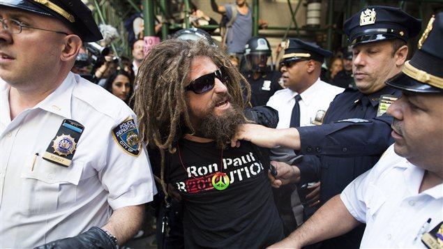 Un manifestant est amené par les policiers new-yorkais après son arrestation.