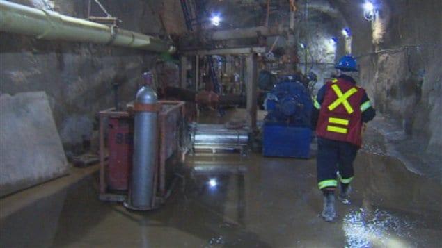 Pas d 39 indemnit s pour les ex travailleurs de mine jeffrey - Deux robinets coulent dans un reservoir ...