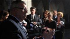 Le député libéral Ralph Goodale s'adresse aux journalistes après le caucus libéral sur la colline parlementaire, à Ottawa.