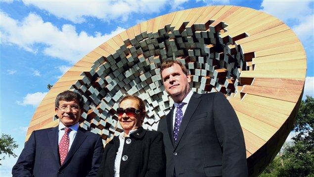 Le ministre des Affaires étrangères du Canada, John Baird, son homologue turc Ahmet Davotolu et la veuve du diplomate turc Atilla Alikat posent devant le monument