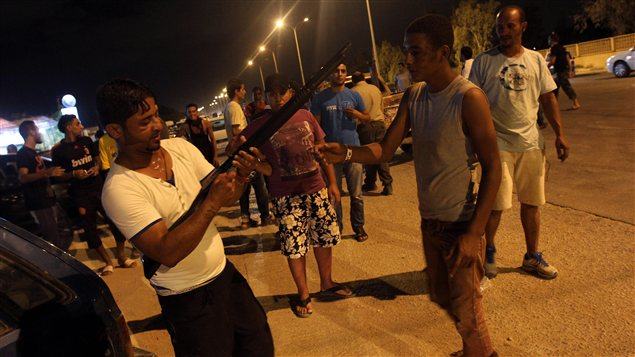 Des manifestants armés rassemblés à Benghazi, le 22 septembre.