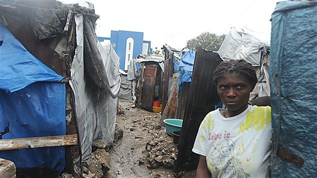 Des Haïtiens vivent toujours dans des camps de fortune près de Port-au-Prince en août 2012.