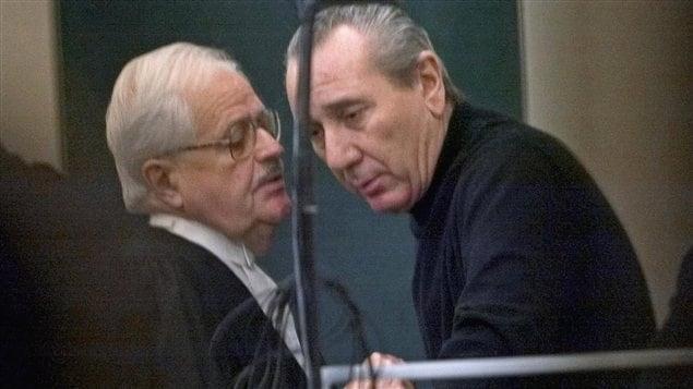 Vito Rizzuto s'adresse à son avocat, pendant son procès, à Montréal, en 2004 (archives)