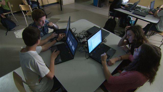 Des élèves devant leurs ordinateurs