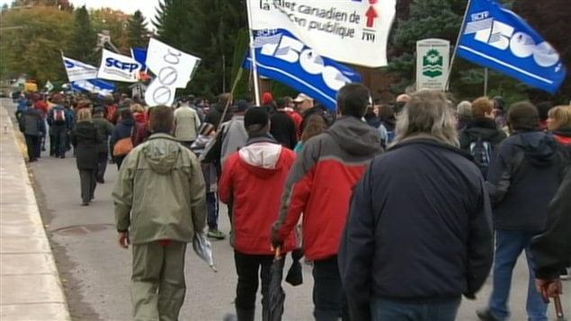 Des centaines de personnes manifestent contre la fermeture de la centrale Gentilly-2 à Bécancour.