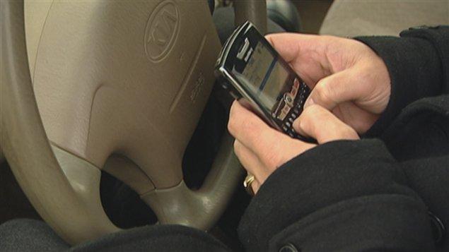 Une personne texte pendant qu'elle conduit.
