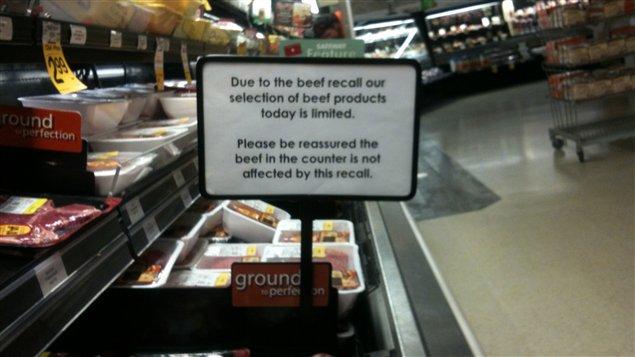 Un message dans une épicerie Safeway de Winnipeg prévient les clients de l'offre limitée de boeuf causée par l'important rappel de produits provenant de l'entreprise XL Foods, le 3 otobre 2012.