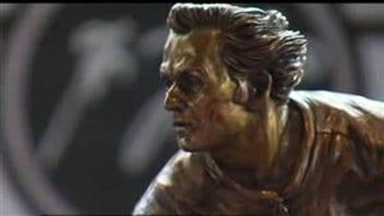 Une réplique du bronze de Guy Lafleur