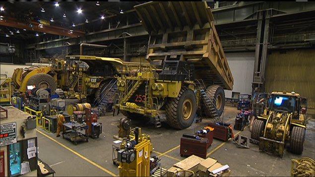 Camions et ouvriers sur un chantier du Plan Nord