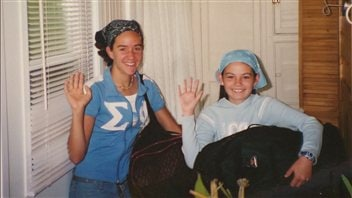 Charlaine Dalpé et Claudia Garneau lors de leurs vacances en Gaspésie, à 12 ans.
