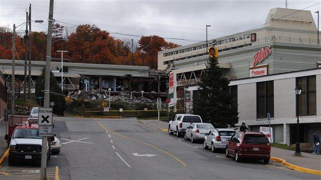Les débris du centre commercial font toujours partie du paysage du centre-ville d'Elliot Lake