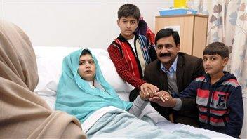 Une photo de Malala Yousafzai avec sa famille à son chevet dans un hôpital de Grande-Bretagne