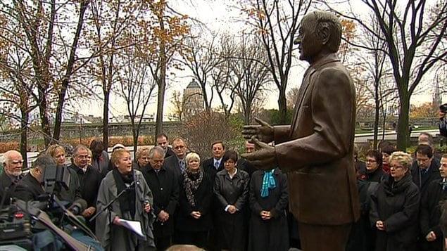 La première ministre Pauline Marois prend la parole devant la statue de René Lévesque sur la colline parlementaire, à Québec.