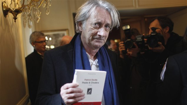 L'écrivain français Patrick Deville s'est vu remettre le prix Femina 2012 lundi à Paris.