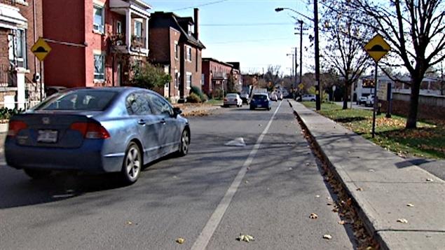 De nombreuses rues d'Ottawa et de Gatineau sont munies de dos d'âne pour ralentir les véhicules.