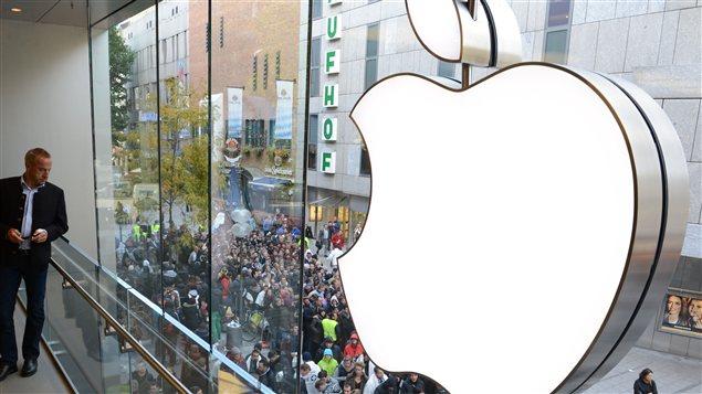 Des consommateurs font la file devant une boutique Apple à Munich, en Allemagne.