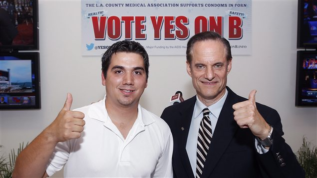 Derrick Burts, ancien acteur porno, et Michael Weinstein, président de la AIDS Healthcare Foundation, saluent le support des électeurs pour la « mesure B »