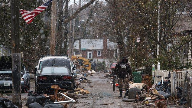Les Newyorkais encore éprouvés par le passage de l'ouragan Sandy font face à la première tempête hivernale.