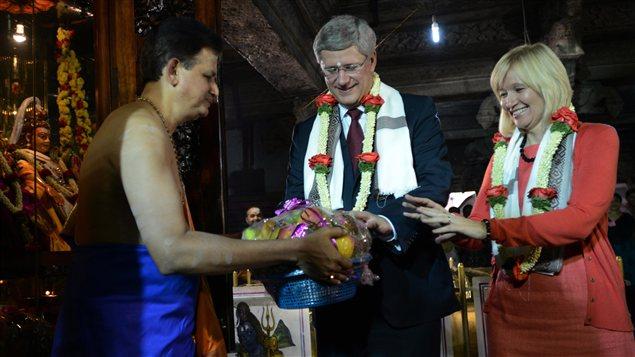 Le premier ministre Harper et sa femme, Laureen, ont visité un temple de Bangalore, en Inde.