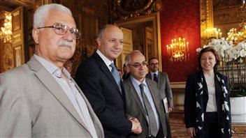 Georges Sabra au premier plan avec le ministre français des Affaires étrangères Laurent Fabius, l'nce président du CNS Abdelbasset Sayda et l'ex-membre du CNS Bassma Kodmani.