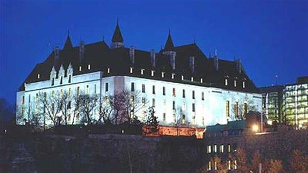 La Cour suprême du Canada vue de nuit depuis la rivière des Outaouais