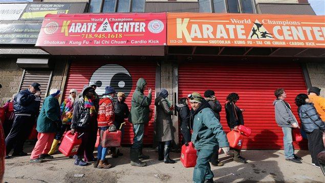 Des citoyens font la file pendant plusieurs heures pour obtenir une vingtaine de litres d'essence.