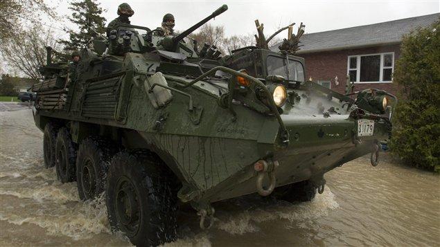 Un blindé léger des Forces canadiennes, lors d'une intervention en Montérégie pendant les inondations du printemps 2011