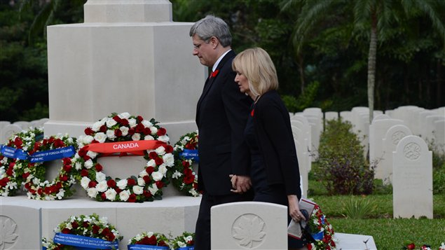 Le premier ministre Stephen Harper et son épouse Laureen dans le cimetière de Hong Kong où repose des soldats canadiens