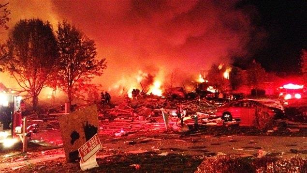 Les popmpiers tentaient de combattre les flammes vers 23 heures samedi soir après une importante explosion à Indianapolis.