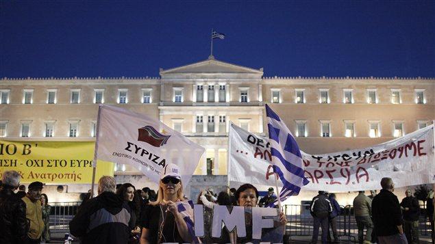 Des manifestants devant le Parlement grec, à Athènes