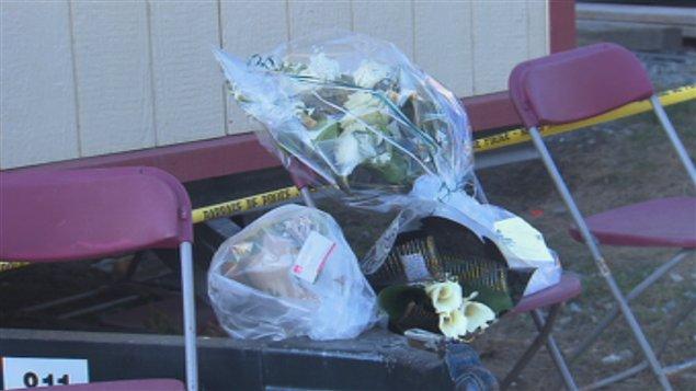 Des gerbes de fleurs ont été déposées sur les lieux de l'explosion chez Neptune Technologies de Sherbrooke.