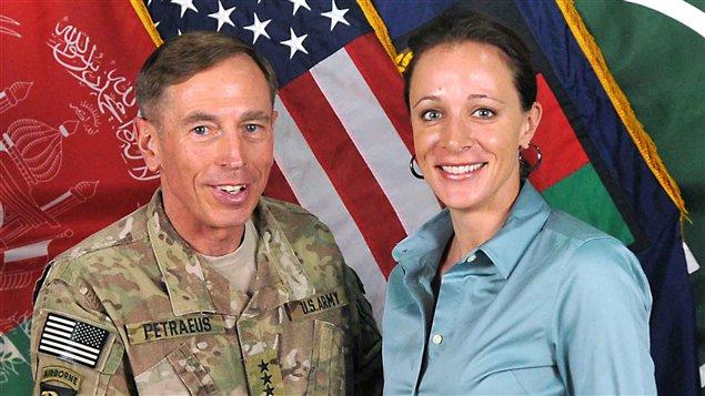 L'ancien chef de la CIA David Petraeus et sa biographe Paula Broadwell le 31 juillet 2011, en Afghanistan.