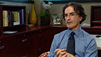 Le Dr. Bergeron souligne que les coups répétitifs à la tête constituent un facteur de risque pour développer l'Alzheimer.