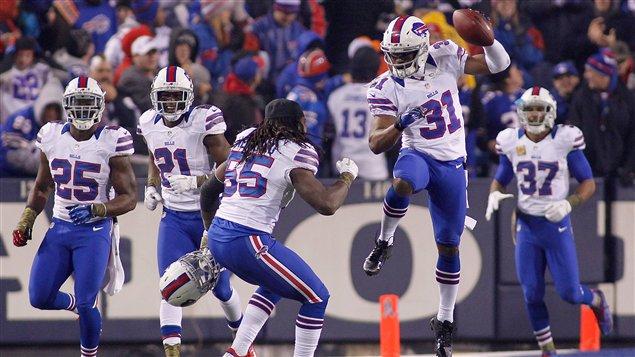 Les joueurs des Bills célèbrent l'interception réalisée par Jairus Byrd (no 31).